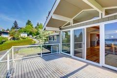 Maison de balcon extérieure avec les balustrades en verre et la vue gentille image libre de droits