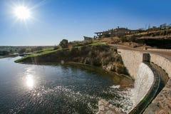 Maison de barrage et de club de terrain de golf Ville sévère images stock