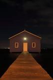 Maison de bateau bleue sur le fleuve la nuit Photographie stock