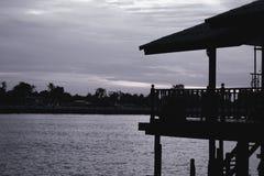 Maison de bord de mer le soir par la rivière photo libre de droits