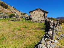 Maison de boue dans les ruines sur les collines de la campagne Photo libre de droits