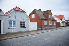 Maison de brique au Danemark sur la route photo stock