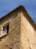 Maison de brique et toit carrelé image stock