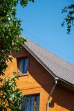 Maison de brique rouge avec le drainage et les grilles décoratives de fenêtre photographie stock libre de droits