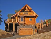 Maison de cabine de logarithme naturel extérieure avec des vacances parfaites de ~ chaud de cheminée photos stock