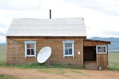 Maison de campagne avec l'antenne parabolique Images libres de droits