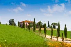 Maison de campagne avec le cyprès en Toscane, Italie Images libres de droits