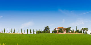 Maison de campagne avec le cyprès en Toscane, Italie Image libre de droits