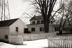 Maison de campagne blanche en hiver Photographie stock libre de droits
