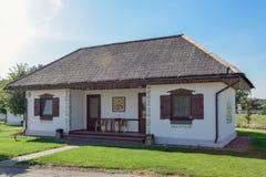 Maison de campagne classique avec les arbres et l'herbe Images stock