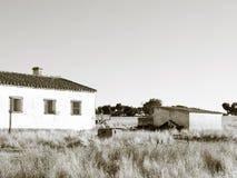 Maison de campagne dans l'été en noir et blanc photos stock