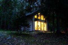 Maison de campagne dans la forêt de nuit photo stock