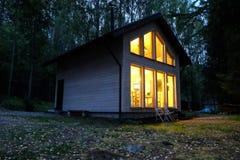 Maison de campagne dans la forêt de nuit photographie stock