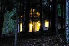 Maison de campagne dans la forêt de nuit image stock