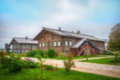 Maison de campagne en bois Photo stock