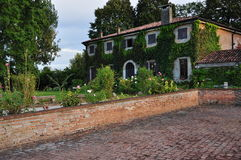 Maison de campagne et jardin en Italie du nord Image stock