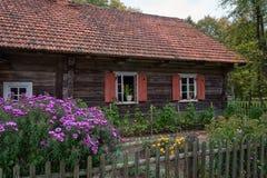 Maison de campagne et jardin traditionnels Rumsiskes Lithuanie Photo libre de droits
