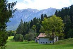 Maison de campagne et montagnes italiennes de dolomite Photo stock