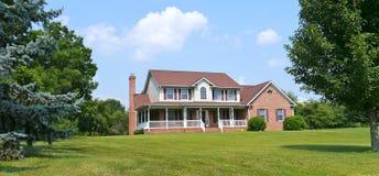 Maison de campagne et pelouse Images stock