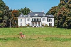 Maison de campagne le long d'une route provinciale dans Gueldre dans le Nethe Photos stock