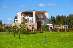 Maison de campagne moderne dans le complexe exclusif de pays La vie en dehors de la ville, pelouse verte Photos libres de droits