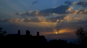 Maison de campagne rétro-éclairée au lever de soleil image libre de droits