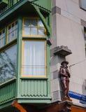 Maison de canal d'Amsterdam avec l'avant en bois Image libre de droits