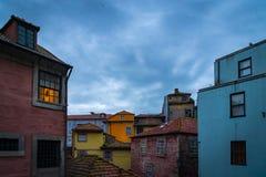 Maison de Colorfull dans la ville de Porto pendant un jour nuageux au twlight photo stock