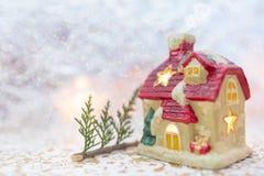 Maison de conte de fées d'hiver, fond neigeux photographie stock