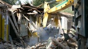 Maison de démolition utilisant l'excavatrice dans la ville Reconstruction du processus banque de vidéos