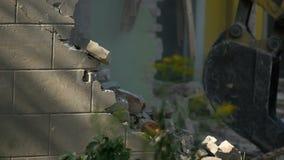 Maison de démolition utilisant l'excavatrice dans la ville Reconstruction du processus clips vidéos