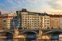 Maison de danse et le pont tout près, Prague, République Tchèque photographie stock libre de droits