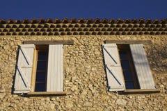Maison de fenêtres de la Provence vieille Images libres de droits