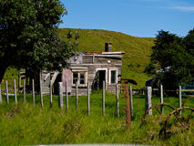 Maison de ferme, abandonné et abandonné. Image libre de droits