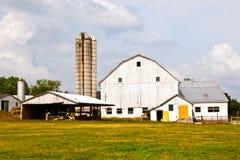 Maison de ferme avec la zone et le silo photographie stock