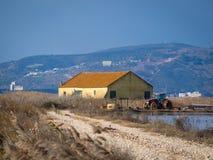 Maison de ferme sous le ciel bleu nuageux Image stock