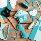 Maison de feutre avec les coeurs décor, outils et matériaux pour les métiers de couture, modèles de papier sur le fond en bois Dé Images libres de droits