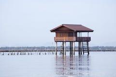 Maison de Fisher située dans la mer Images libres de droits