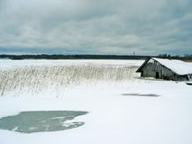 maison de fishermans près du lac congelé photo libre de droits