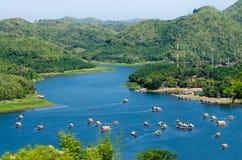 Maison de flottement sur la rivière Photos libres de droits