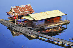 Maison de flottement traditionnelle sur l'eau bleue photo libre de droits