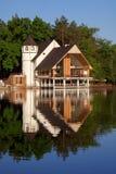 Maison de forêt au lac Lumière de jour Image stock