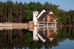 Maison de forêt au lac Lumière de jour Image libre de droits