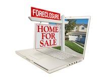 Maison de forclusion à vendre le signe et l'ordinateur portatif Images libres de droits