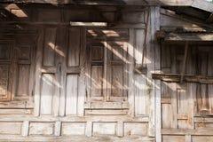 maison de forme en bois de texture de fenêtre vieille photos libres de droits