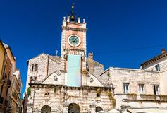 Maison de garde de ville avec la tour d'horloge dans Zadar, Croatie image stock