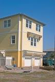 Maison de jaune de construction de plage Image libre de droits