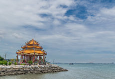 Maison de Joss de Chinois sur la côte Photos stock
