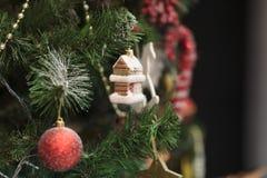 Maison de jouet de Noël sur l'arbre L'espace libre pour le texte Photo libre de droits