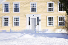 Maison de la Nouvelle Angleterre l'hiver Image stock